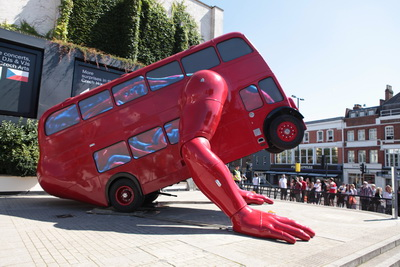 This giant robot bus sculpture does push-ups/David Cerny